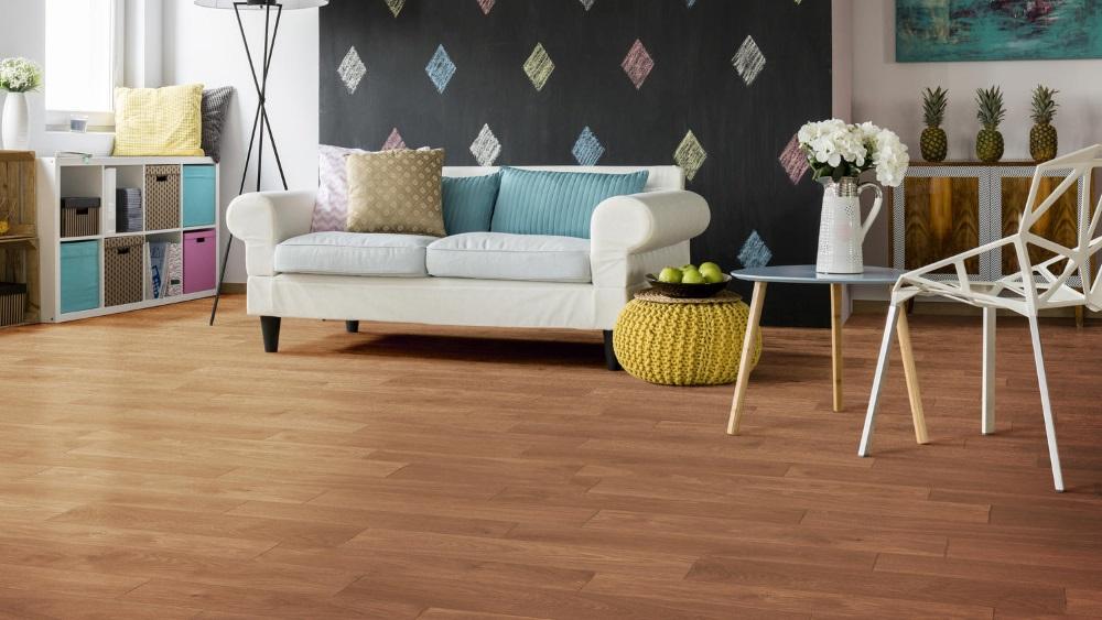 Living multicolor, cu canapea albă și pardoseală din vinil imitație de lemn