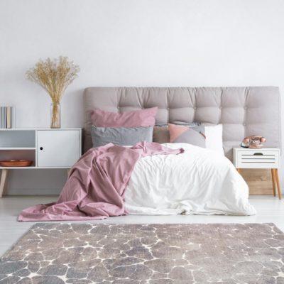 Covor Boho de culoare bej, în dormitor luminos, în culori deschise și pat dublu