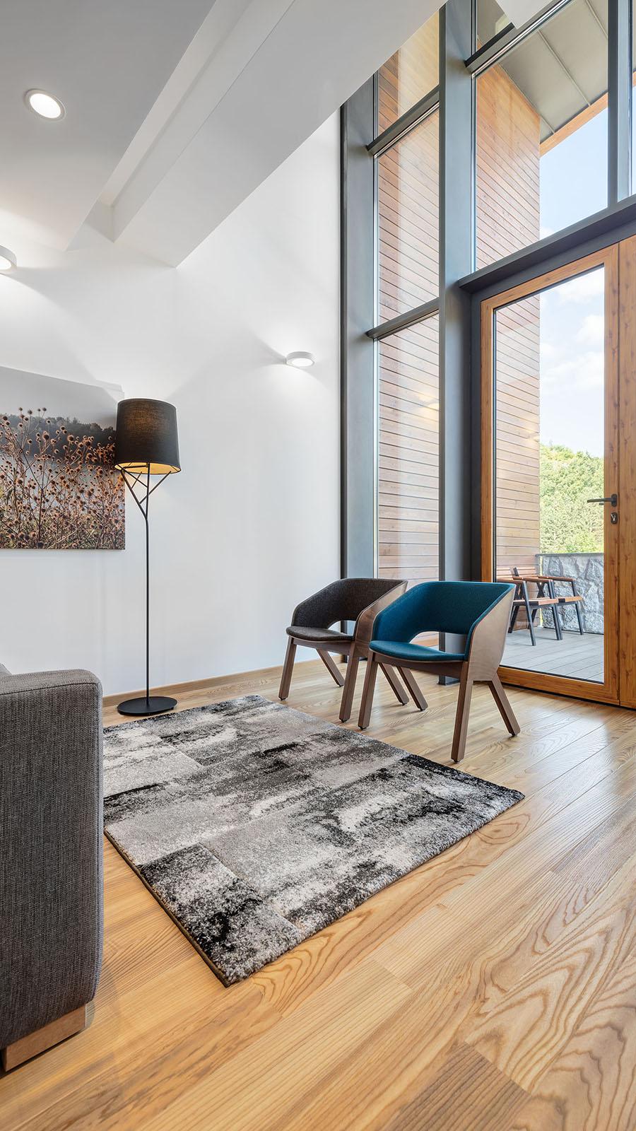 Amenajare living room: parchet din lemn și combinații de elemente decorative în nuanțe de albastru clasic