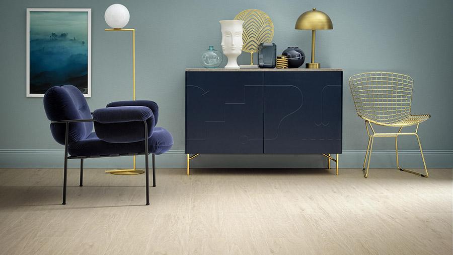Living-room amenajat în combinații de elemente decorative, in nuante de albastru si auriu